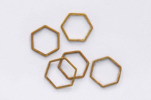 Anillo Hexágono de Latón hecho por Diurna Metal Jewelry