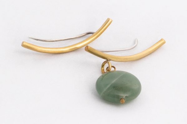 Pendiente trepador asimétrico y aventurina hecho por Diurna Metal Jewelry